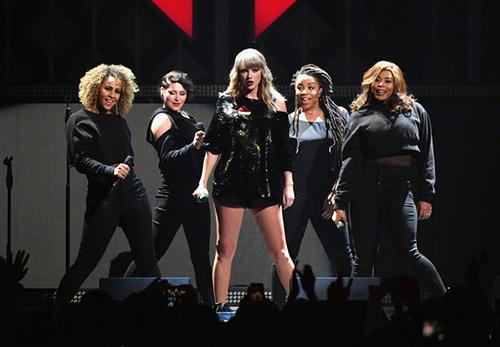 Taylor Swift se aumentó los senos! END GAME