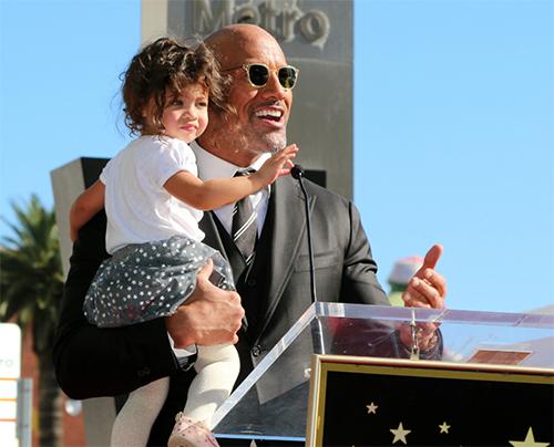 Dwayne Johnson y su estrella en el Paseo de la Fama de Hollywood