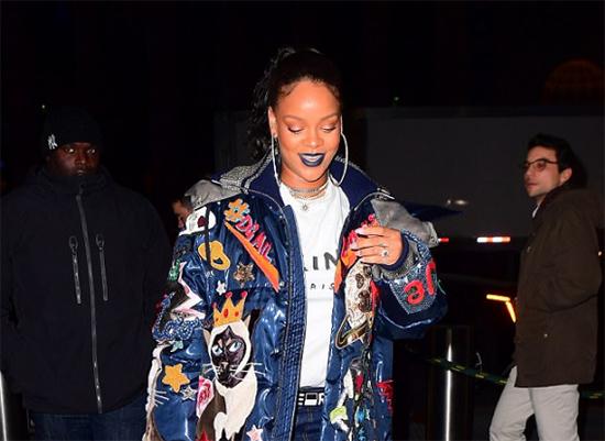 Rihanna con un anillo de diamante HUGE! Comprometida?