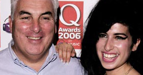 Padre de Amy Winehouse dice que ella lo visita como fantasma. What?