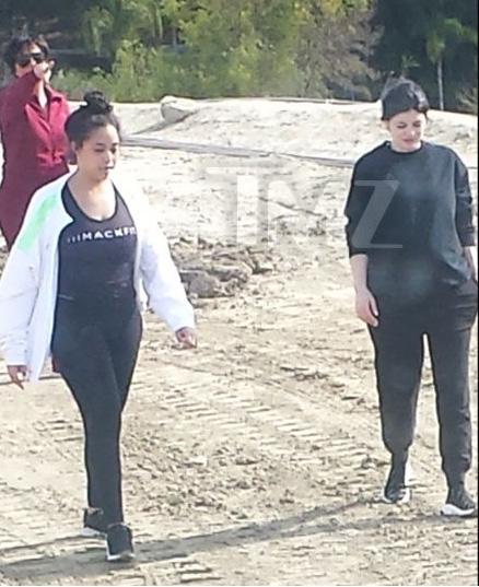 Kylie Jenner mostrando su barriga de embarazada!! FINALLY!!