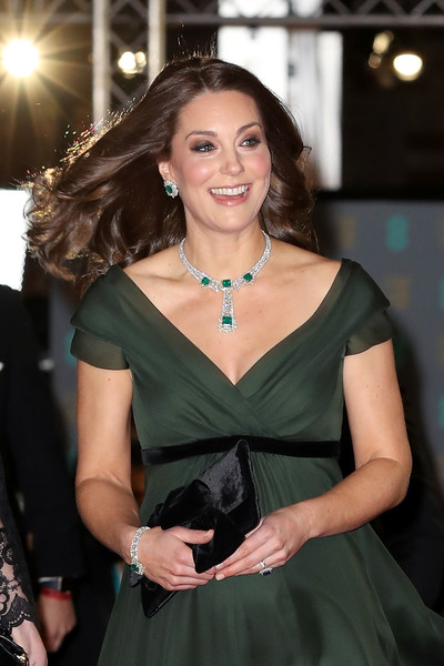 Critican a Kate Middleton por no vestir negro en los BAFTAs
