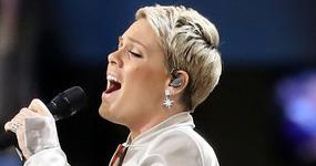 Pink defiende su actuación en el Super Bowl – Justin Timberlake FAIL!