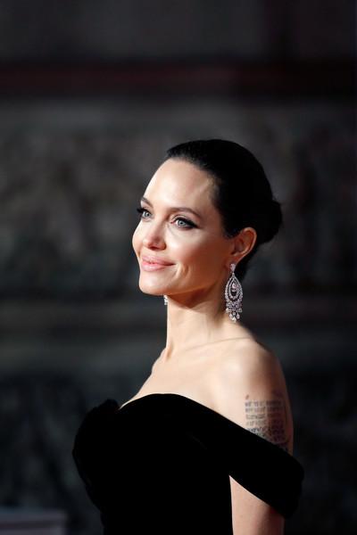 Angelina Jolie no sale con nadie