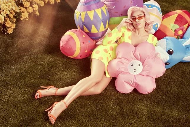 Miley Cyrus posa sexy con el conejo de pascuas