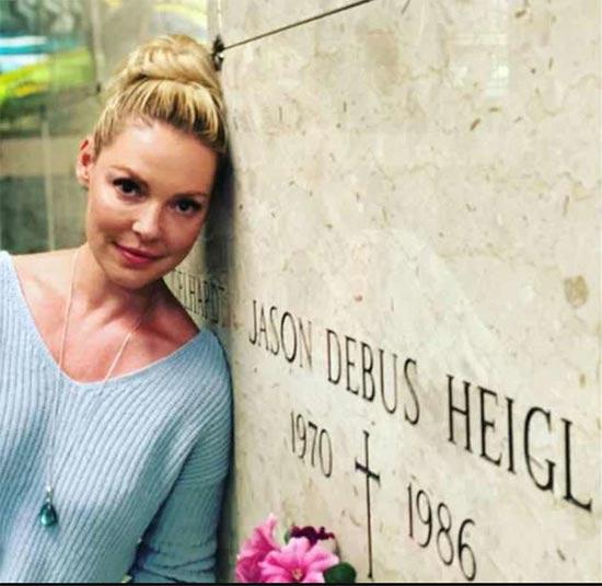 Katherine Heigl se disculpa por fotos funny en cementerio
