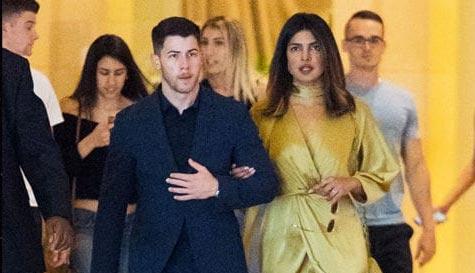 Nick Jonas y Priyanka Chopra en una boda familiar