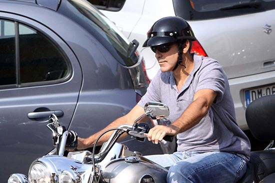 George Clooney tuvo accidente en moto en Italia