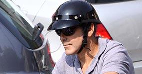George Clooney tuvo accidente en moto en Italia