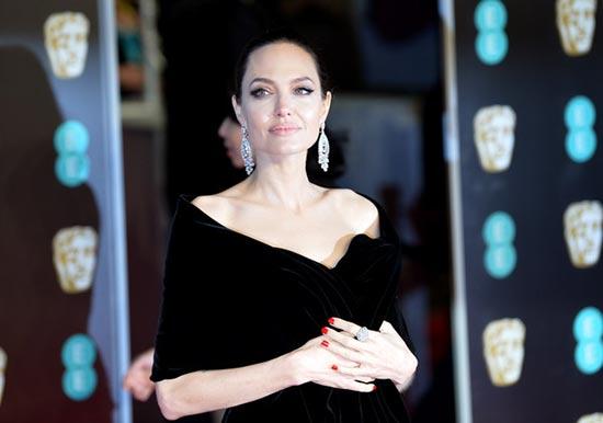 PageSix: Angelina Jolie ya no es santa. Plus! Dejó a Laura Wasser!