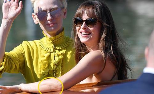 Dakota Johnson y Chris Martin se hacen tatuajes iguales… Uh oh