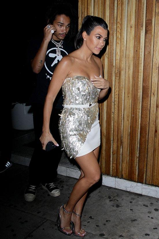 Kourtney Kardashian con un modelo de 20!