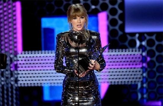 Taylor Swift triunfa en los AMAs 2018, invita a todos a votar