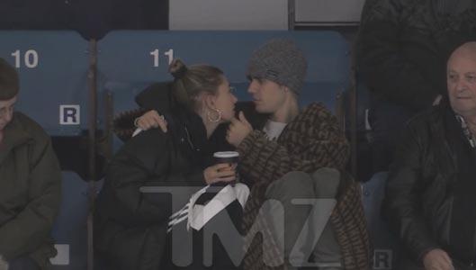 Justin Bieber y Hailey Baldwin en el hockey