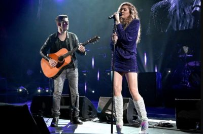 Miley Cyrus niega embarazo, canta en tributo a Chris Cornell