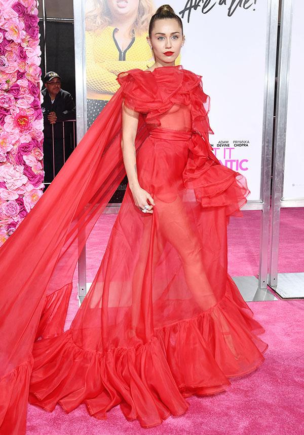 Miley Cyrus va al estreno de la película de Liam Hemsworth en su nombre