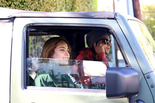Paris Jackson sonriente con su novio tras hospitalización
