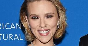 Scarlett Johansson y Colin Jost muy serios, hablan de matrimonio