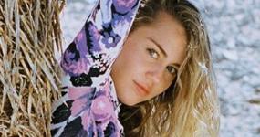 Miley Cyrus criticada por trepar a un árbol