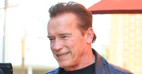 Patearon por la espalda a Terminator! Schwarzenegger agredido en África