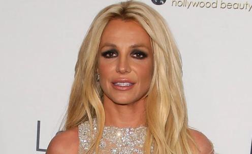 Britney sale de la corte descalza. Juez ordena evaluación