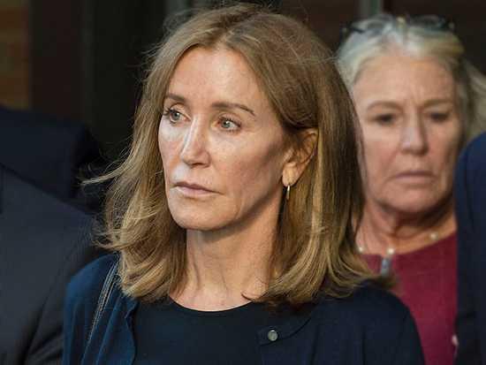 Felicity Huffman empezó sentencia por fraude universitario