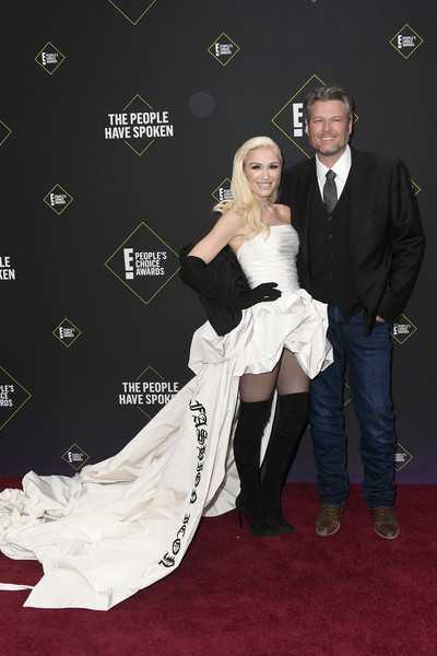 Gwen Stefani negó llevar anillo de compromiso a los PCA