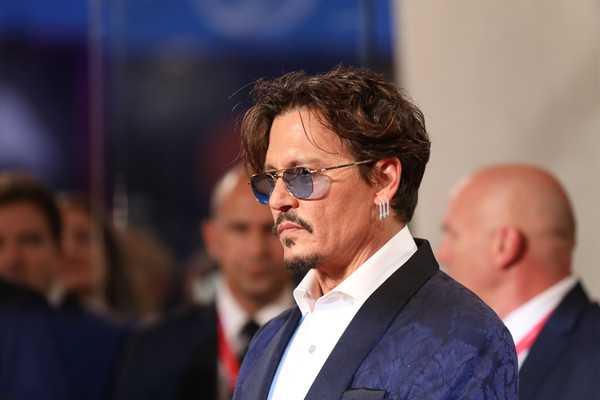 A Johnny Depp lo botó la novia de 24 años LOL!