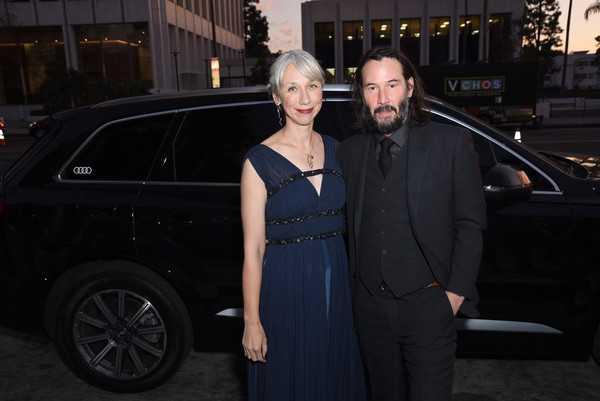 Keanu Reeves de la mano con Alexandra Grant