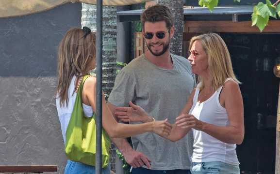 Liam Hemsworth y su nueva novia Gabriella Brooks con sus padres