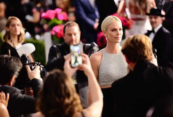 Charlize Theron llevó diamantes en su cabeza a los SAG Awards
