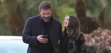 Ben Affleck y su novia Ana de Armas paseando al perrito
