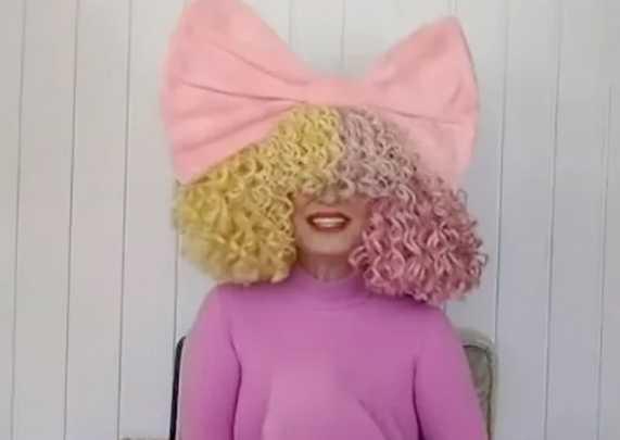 Sia adoptó dos adolescentes