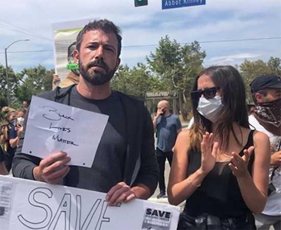 Ben Affleck y Ana De Armas en las protestas en Venice