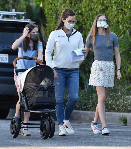 Jennifer Garner pasea a su gato en cochecito LOL!
