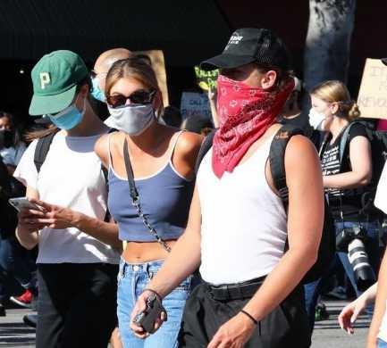 Cole Sprouse y Kaia Gerber se unen a las protestas