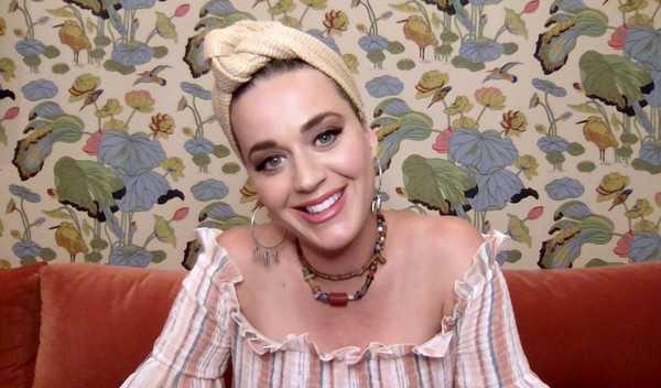 Katy Perry mostró su ombligo de embarazada