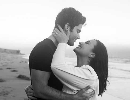 Demi Lovato comprometida con Max Ehrich