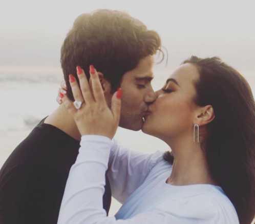 Demi Lovato más fotos de su compromiso con Max Ehrich
