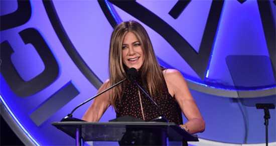 Jennifer Aniston y Tom Hanks dicen usen mascarilla