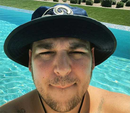 Rob Kardashian sin camisa en la piscina