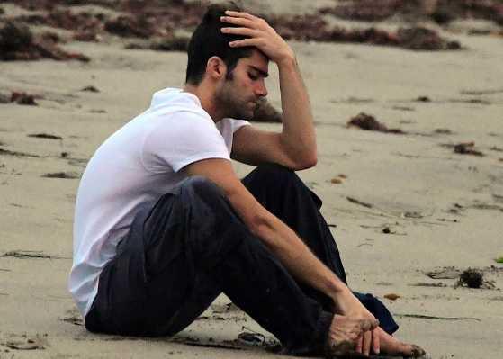 El ex de Demi Lovato, Max Ehrich llorando en la playa
