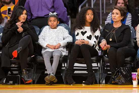 Vanessa Bryant, Natalia, Gianna y la abuela Sofia Laine en un juego de Los Lakers