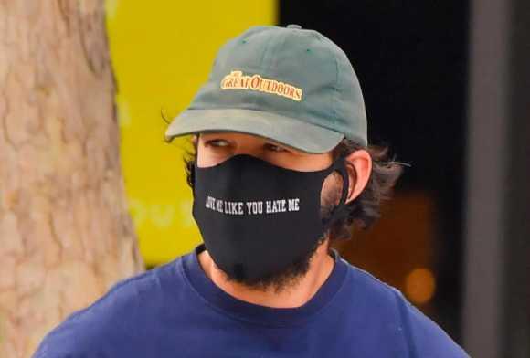 Shia LaBeouf manda mensaje a FKA Twigs con su mascarilla