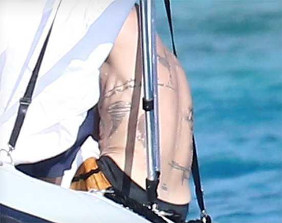 Brad Pitt deja ver sus tatuajes en la playa
