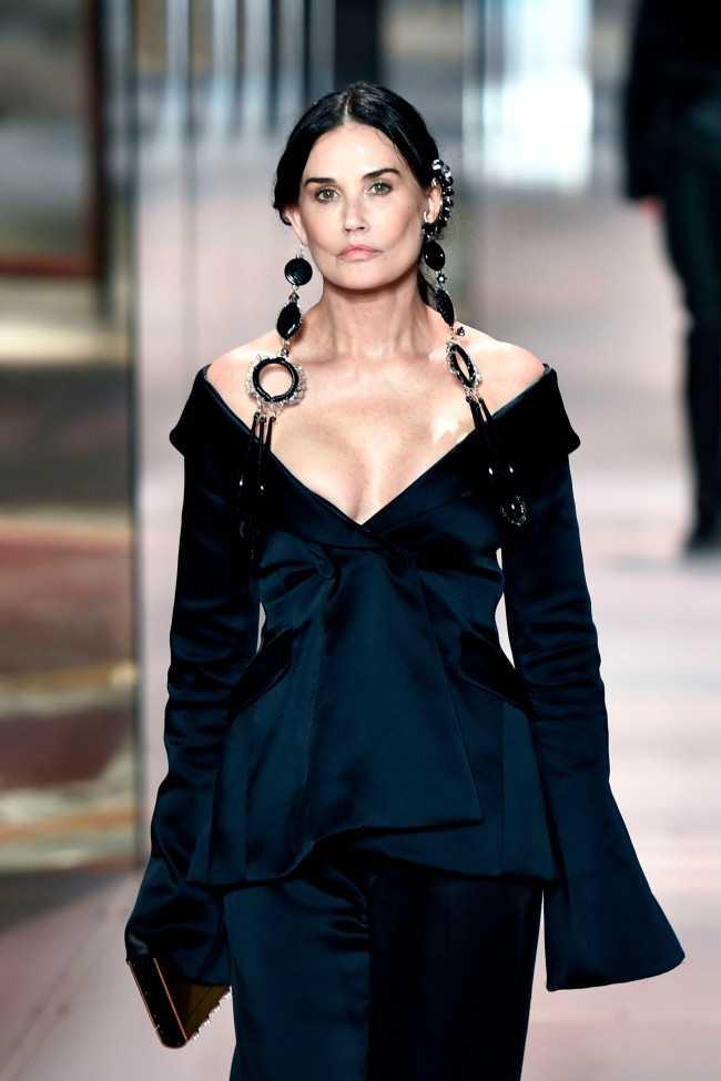 Demi Moore con nueva cara en el Paris Fashion Week!!!