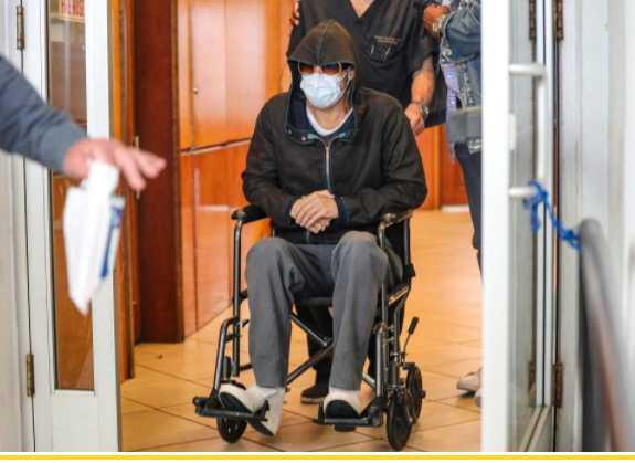 brad pitt en sillas de ruedas saliendo del hospital