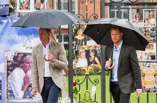 William y Harry no se ponen de acuerdo ni para homenajear a su madre