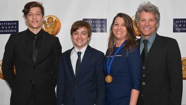 Jon Bon Jovi con su esposa Dorothea y sus hijos Jake y Jesse