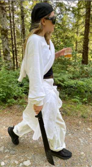 Ashley Olsen con un machete